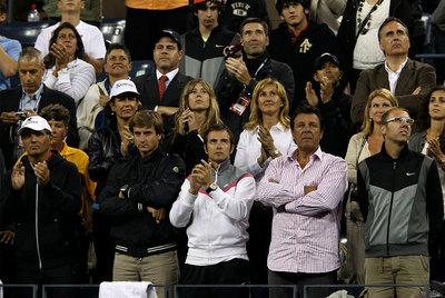 De izquierda a derecha, en la fila de arriba, Ana Patricia Botín (con gorra), la hermana de Rafa Nadal, su madre y, a la derecha, su novia. En la fila de abajo, a la izquierda, Toni Nadal y otros colaboradores del tenista. Con camisa de rayas, el padre del campeón.