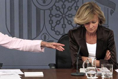 Salgado, en un momento de duda tras una pregunta sobre la deuda española, durante la rueda de prensa ayer en La Moncloa.