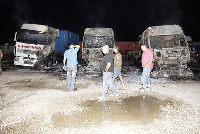 Un incendio arrasó anoche tres camiones y afectó a otros cuatro  en un aparcamiento de la empresa Hermanos Pellicer, en  Alfafar. Efectivos de bomberos de Catarroja, Torrent, Silla y Paterna se desplazaron al lugar para aplacar las llamas.