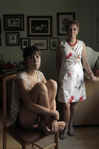 Clara Fernández (25) y Felipa Gil (57 años), madre e hija, ilustran el cambio generacional. Felipa consiguió un empleo fijo de maestra a los 20 años. Su hija menor es Educadora social y psicopedagoga. Por ahora, se ha tenido que conformar con trabajar de voluntaria.