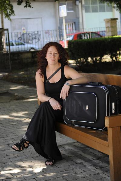 A pesar de sus dos carreras (es licenciada en Química e ingeniera técnica industrial) y dos máster, este verano Lorena Núñez (30 años, de Lugo) solo ha encontrado trabajo de socorrista en una piscina. En octubre se mudará a Londres.