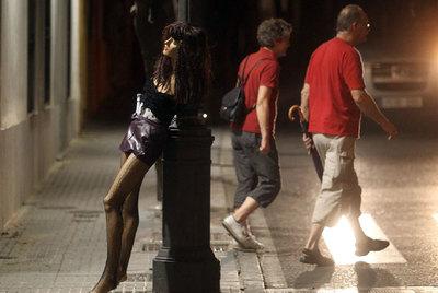 Algunas ordenanzas municipales prohíben las relaciones sexuales en la calle. En la foto, un maniquí vestido de prostituta en una calle de Córdoba.