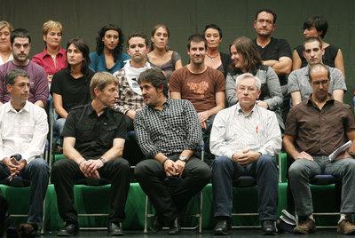 En el centro, en la primera fila, Rufi Etxebarria, Peio Urizar (EA) y Patxi Zabaleta (Aralar), ayer en Gernika.