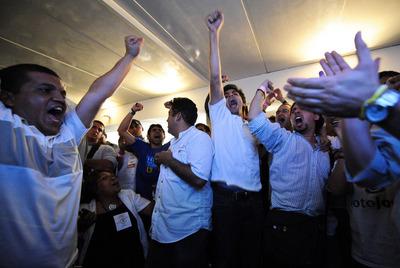 Partidarios de la oposición celebran los resultados de la Mesa de la Unidad Democrática en Caracas.
