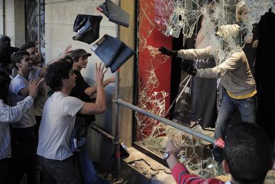 Un grupo de manifestantes saquea una tienda de ropa del centro de Barcelona