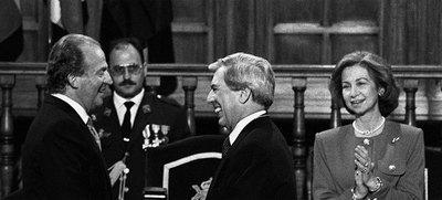 Vargas Llosa recibe de manos del Rey el premio Cervantes en 1994.