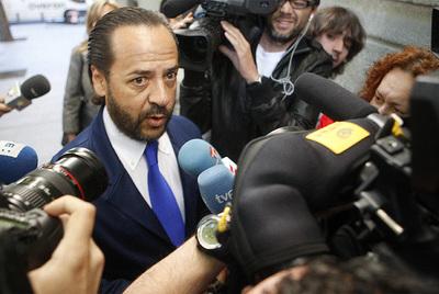 Álvaro Pérez atiende a los periodistas antes de entrar al tribunal. El Bigotes se ha negado a declarar ante el magistrado Pedreira, que instruye el 'caso Gürtel'
