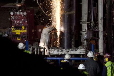 Los operarios inician el revestimiento con tubos de acero del conducto por el que saldrán los 33 hombres enterrados en la mina San José.