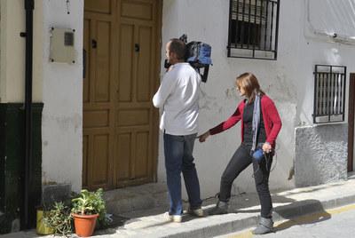 Dos periodistas ante la vivienda donde ocurrió el crimen.