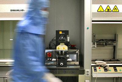 Un investigador, en el Instituto de Ciencia de Materiales de la Universidad de Valencia.