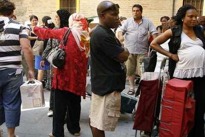 Reparto de comida a gente sin recursos en el barrio chino de Valencia.