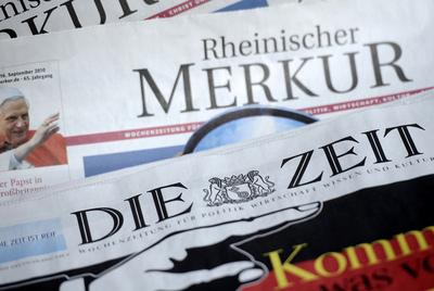 En primer término, la cabecera del diario alemán   Die Zeit (El Tiempo).