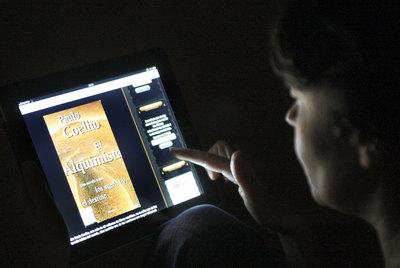 Un usuario consulta una página de descarga de libros electrónicos a través de su iPad.