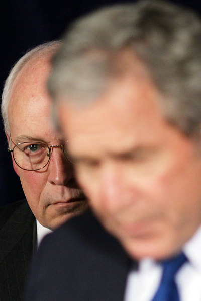 El ex vicepresidente Dick Cheney, detrás de George Bush en 2007.