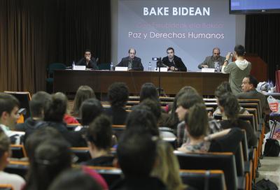 De izquierda a derecha, Vicente Silva, el catedrático de Derecho Constitucional del UPV Eduardo Virgala, quien actuó como moderador; Jon Abril y Santiago Merino, durante la mesa redonda de ayer.