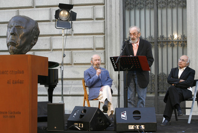 A la izquierda, los poetas José Manuel Caballero Bonald, Ángel González y Francisco Brines, en un homenaje a Antonio Machado en la Biblioteca Nacional de Madrid.
