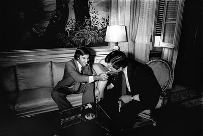 Un momento de la entrevista en Moncloa entre Felipe González y el entonces jefe del Ejecutivo, Adolfo Suárez, tras las elecciones generales de 1977.