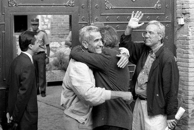 Una imagen de 1998: Felipe González (de espaldas) abraza a Rafael Vera mientras José Barrionuevo hace un gesto de despedida, el día en el que ambos ingresaron en la cárcel de Guadalajara para cumplir condena por el secuestro de Segundo Marey.