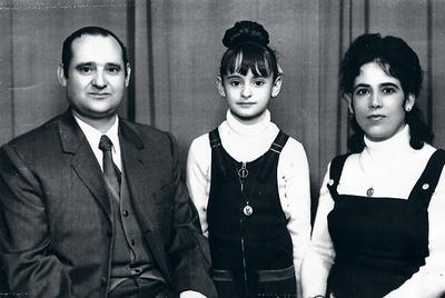 En la foto, con sus padres.