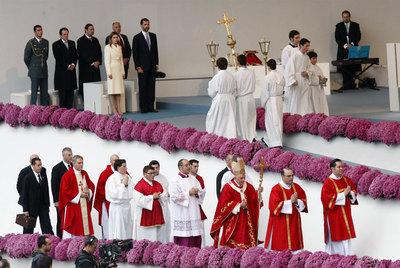 El papa Benedicto XVI se dirige al altar de la plaza del Obradoiro para oficiar una misa, mientras aguardan su llegada los Príncipes.