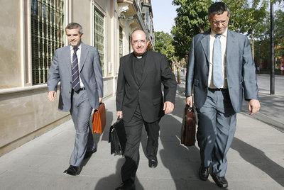 Santiago Gómez Sierra, en el centro, ex presidente de Cajasur, junto a dos ex directivos, en julio de 2009.