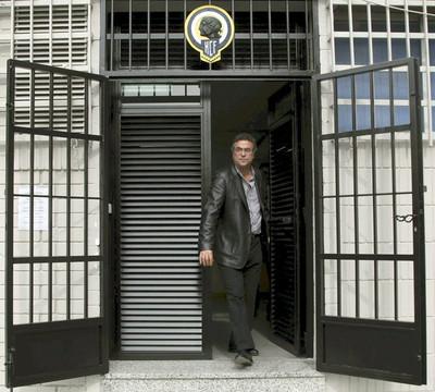 Enrique Ortiz a la salida de las oficinas del Hércules, club del que es propietario.