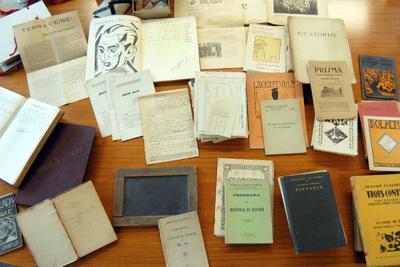 Imaxe dos materiais do poeta Manuel Antonio almacenados na Fundación Barrié de la Maza da Coruña.