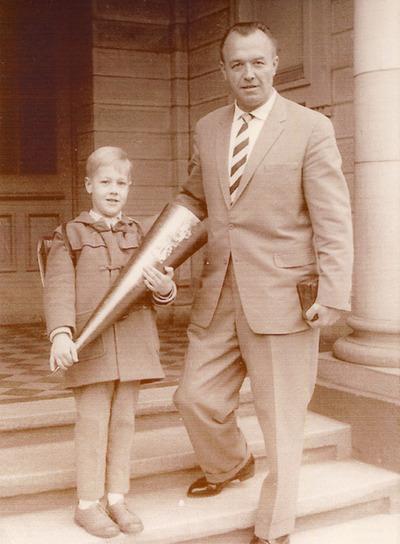 Heim y su hijo, a la puerta del colegio, en 1961, en una foto inédita.
