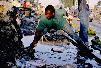 Un hombre recoge una cebolla del suelo en el centro de Puerto Príncipe.