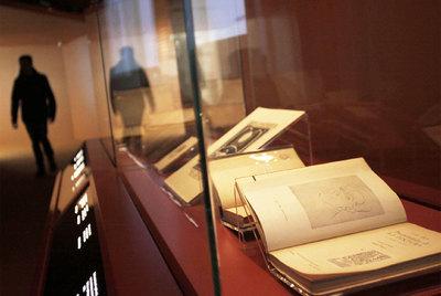 Imaxe dos expositores de  Exlibris Gallaeciae , a mostra no Arquivo de Galicia da Cidade da Cultura, en Santiago.