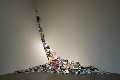 Contemporáneos  (2000), instalación de la artista Alicia Martín, incluida en la exposición  La fuerza de la palabra .