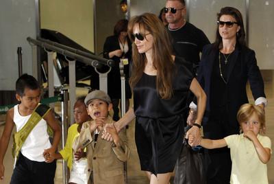 Angelina Jolie rodeada por sus hijos Maddox, Zahara, Pax Thien y Shiloh, en el aeropuerto internacional de Tokio.