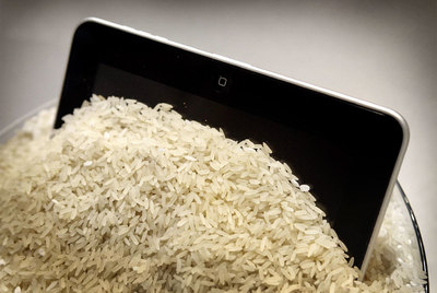 El iPad empapado resucitó tras estar 15 días enterrado en arroz.