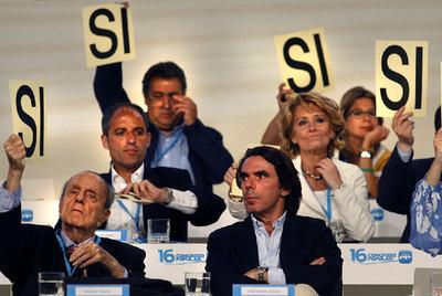 Aznar durante una votación en el Congreso Nacional del PP de Valencia, en junio de 2008.