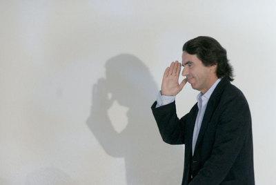 José María Aznar saluda a la llegada al Palacio de Congresos de Valencia, en junio de 2008.