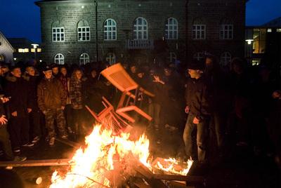 Protestas ante el Parlamento islandés por la crisis económica.
