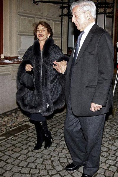 Vargas Llosa, con su esposa Patricia, el lunes en Estocolmo.