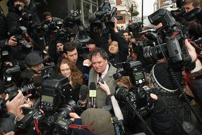 Mark Stephen, abogado de Julian Assange, habla con los medios de comunicación a la salida del Tribunal de Westminster.
