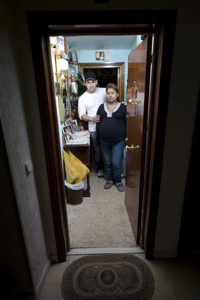 Jairo y Noemí,  ecuatorianos, esperan la orden de embargo. Junto con otros, han presentado una denuncia por estafa contra el intermediario.
