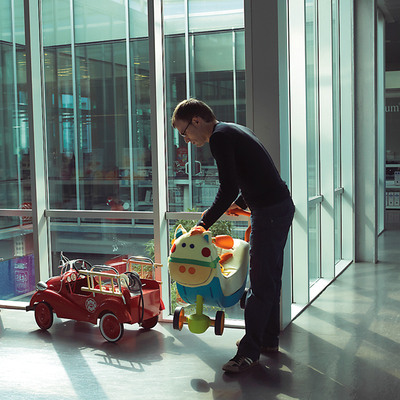 Humor y trabajo.rnLos cochecitos, muñecos y balancines desperdigados por los pasillos hacen más acogedora la sede de Imaginarium.