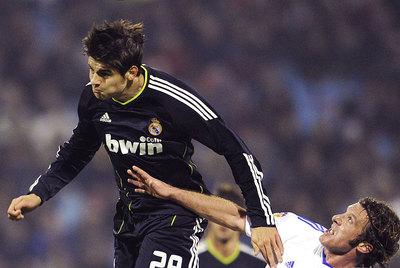 El debutante Morata se anticipa en el salto a Lanzaro.