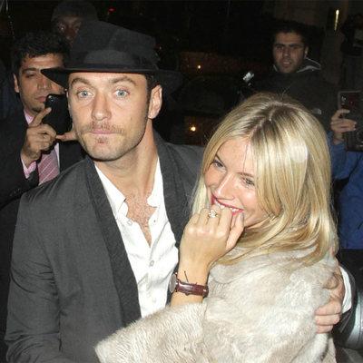 Sienna Miller y Jude Law, en Londres.