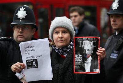 Una seguidora de Julian Assange es apartada por la policía de la entrada del Tribunal Superior de Londres, el pasado jueves.