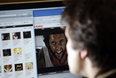 Un internauta consulta webs no autorizadas de descargas de películas, juegos y música.