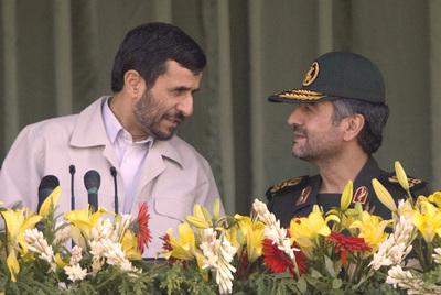 Mahmud Ahmadineyad (izquierda) y Alí Jafari charlan durante una ceremonia oficial celebrada en 2007 en Teherán.