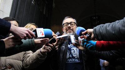 Alex de la Iglesia atiende a los periodistas a la salida de la reunión con los internautas en la sede de la Academia de Cine.