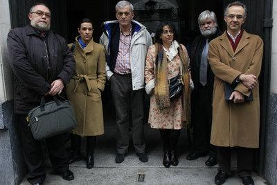 Víctor Domingo (izquierda) y Julio Alonso (derecha) con varios asistentes a la reunión.
