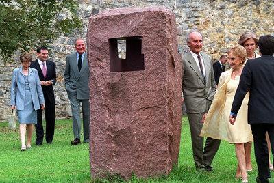 FOTOGALERIA: Inauguración del Museo Chillida- Leku en Hernani. Los Reyes junto al matrimonio Chillida cerca a una de sus obras (16/09/2000).