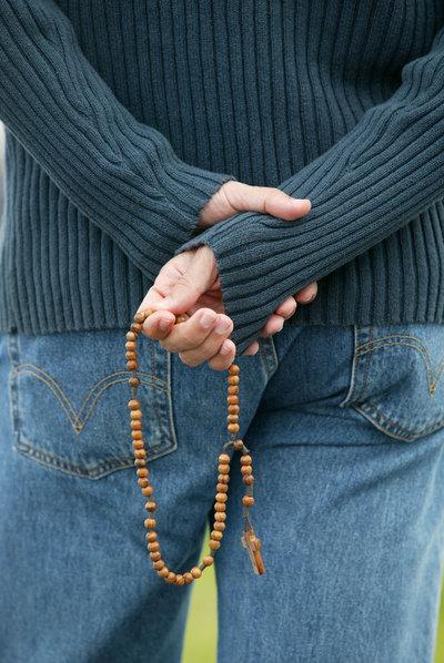 Un hombre joven con un rosario en la mano durante una acto religioso en Colonia, Alemania.