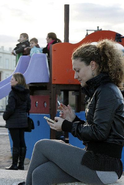 Una mujer fuma en un parque infantil de Valencia.